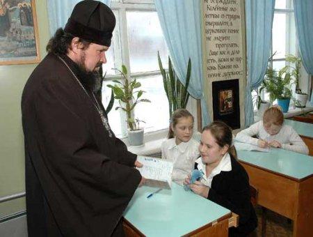 Православие лезет через школьный забор...
